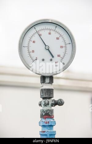 Indicatore retrò, misuratore di vecchia tubazione acqua su sfondo bianco Foto Stock