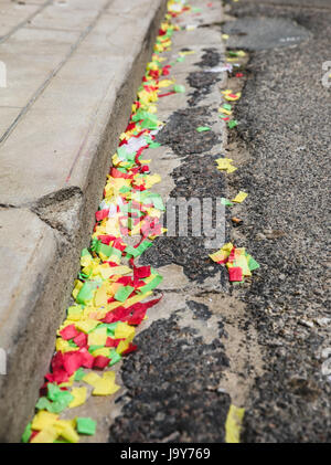 Resto di coriandoli sulla strada dopo il partito Foto Stock