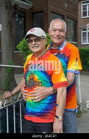 Due uomini che sono membri del Queens Centro per Gay anziani al Queens Pride Parade in Jackson Heights, Queens, Foto Stock