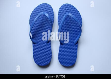 Coppie di scarpe da spiaggia tong a colori su sfondo bianco Foto Stock