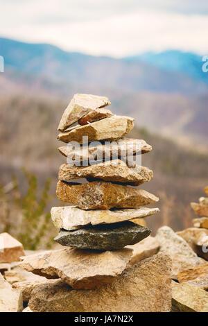 Concetto di equilibrio e di armonia. rocce sulla costa nella natura Foto Stock