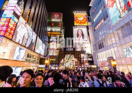 Dotonbori, principali mete turistiche di Osaka. Ebisu zona ponte, vista su folle per l'ingresso alla galleria di Foto Stock