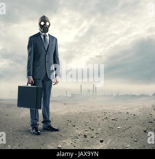 Concetto di inquinamento: ritratto di imprenditore in una maschera a gas con la valigia