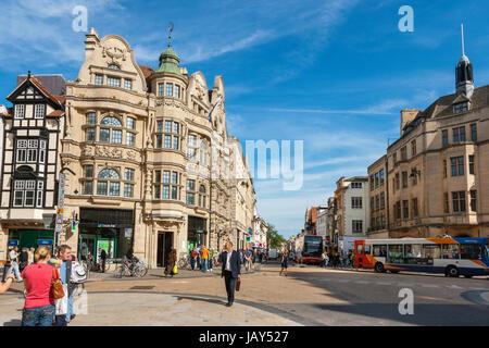 La vita quotidiana sulla giunzione di High Street e Cornmarket Street nel centro citta'. Oxford, Inghilterra Foto Stock