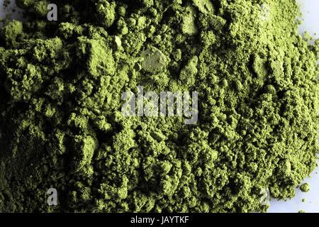 Matcha Polvere di tè verde con sfondo bianco Foto Stock