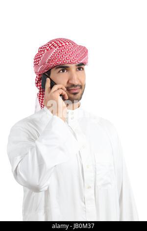 Uomo arabo parlando al telefono intelligente isolato su uno sfondo bianco Foto Stock
