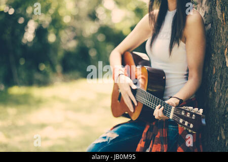 Festa della donna con la chitarra a parte Foto Stock
