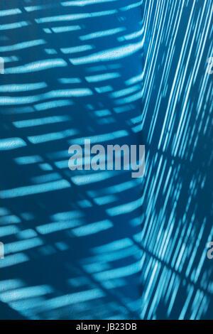 Blue abstract di luci e di ombre. Foto Stock