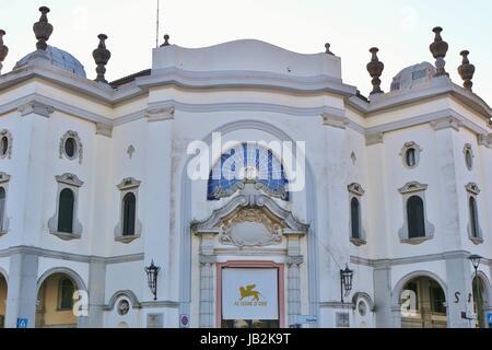 Il Palazzo del Cinema che sull'isola del Lido di Venezia, aperto nel 1937. La Venice International Film Festival si svolge lì. L'Italia, l'Europa.