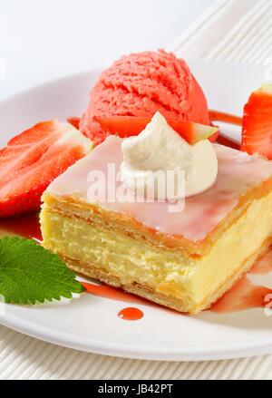 Crema pasticcera (vaniglia) fetta con fragole fresche e gelati Foto Stock