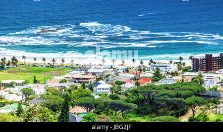 Cape Town litorale costiero bella vista mare, tranquillo paesaggio, splendida città verde, Sud Africa viaggi e turismo Foto Stock