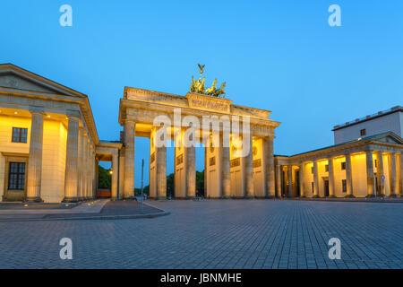 La Porta di Brandeburgo (Brandenburger Tor) di notte, Berlino, Germania Foto Stock