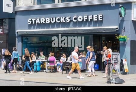 Starbucks Coffee shop. La gente seduta al di fuori di un Starbucks Coffee shop in estate in Brighton, East Sussex, Inghilterra, Regno Unito. Foto Stock