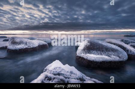 Paesaggio panoramico con vista del mare e del tramonto in inverno in costa rocciosa Foto Stock