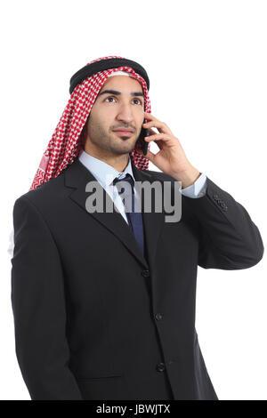 Arab arabia imprenditore parlando al telefono cellulare isolato su uno sfondo bianco Foto Stock
