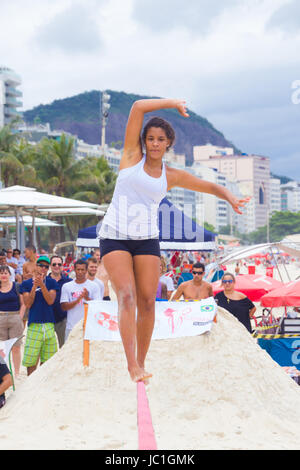 RIO DE JANEIRO - 03 novembre 2012: Slackline contestant sulla spiaggia di Copacabana a Rio Elephant Cup, tenutasi Foto Stock
