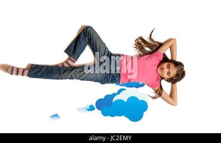 Isolato colpo di Cute girl dreaming e giacenti su tratte le nuvole Foto Stock