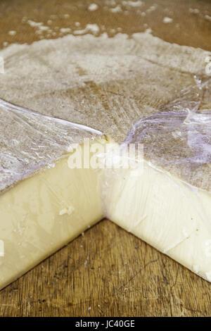 Rotto il formaggio, il dettaglio di un prodotto caseario Foto Stock