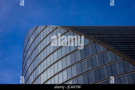Vecchi e nuovi edifici jostle per lo spazio nel centro di Londra Foto Stock