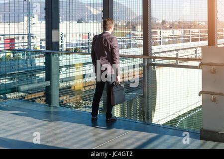 Imprenditore commuter è in viaggio e lui è triste e stanco da soli Foto Stock