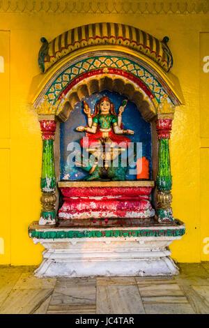 Un piccolo tempio dedicato alla dea ganga presso il fiume sacro Gange a lalita ghat nel sobborgo godowlia Foto Stock