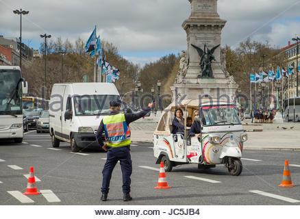 Il portoghese funzionario di polizia dirigere traffico, Monumento dos Restauradores, Piazza Restauradores, Lisbona, Foto Stock