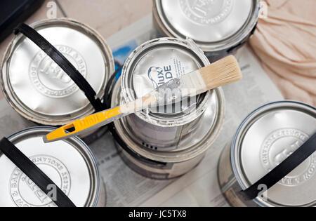Pennello e lattine di vernice pronto per il fai da te miglioramento domestico pittura e decorazione Foto Stock