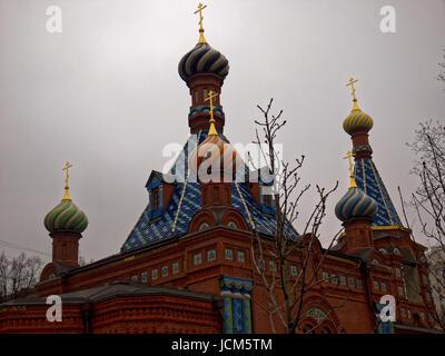 La Chiesa Ortodossa di Mosca sullo sfondo del cielo molto nuvoloso Foto Stock