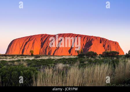 Uluru (Ayers Rock), Uluru-Kata Tjuta National Park, sito Patrimonio Mondiale dell'UNESCO, il Territorio del Nord, Foto Stock