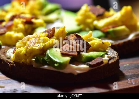 Colorati e deliziosi caricato avocado toast. Foto Stock