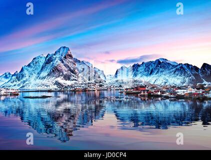 Montare Olstind riflessa nelle calme acque del Reinfjord sulle Isole Lofoten