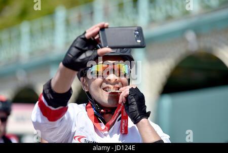 Brighton, Regno Unito. Il 18 giugno, 2017. I ciclisti celebrare completando l annuale British Heart Foundation Londra Foto Stock