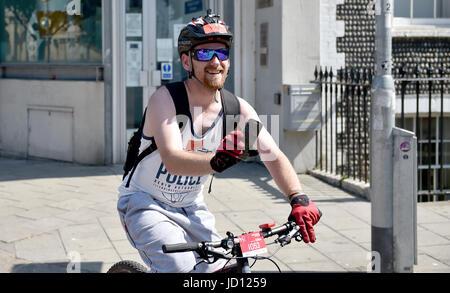 Brighton, Regno Unito. Il 18 giugno, 2017. I ciclisti passare il Royal Pavilion come essi vicino alla linea di finitura Foto Stock