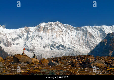 Neve paesaggio di montagna in Himalaya e scalatore tombe in Annapurna Base Camp. Foto Stock