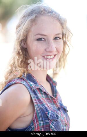 Ritratto di giovane donna che indossa controllato shirt Foto Stock