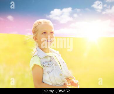 Felice bambina all'aperto in estate Foto Stock
