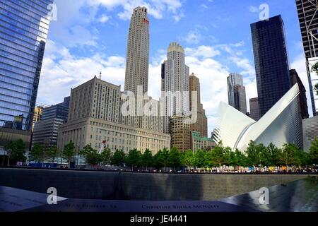 Una vista del new york world trade center occhio dalla fontana commemorativa Foto Stock