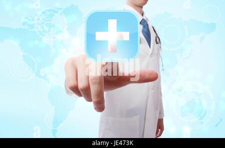 Medico spingendo un blu icona a forma di croce sulla mappa del mondo sullo sfondo Foto Stock