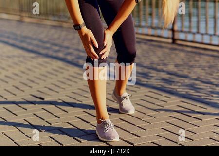 Il pregiudizio di un ginocchio su una corsa in un runner. Foto Stock