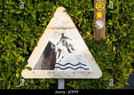 Pericolo - instabile cliff edge segno di avvertimento