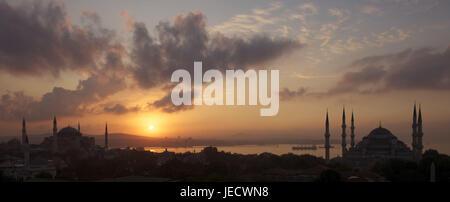 Turchia, Istanbul, città vecchia parte della città di Sultanahmet, Hagia Sophia e Moschea blu nel tramonto, Foto Stock