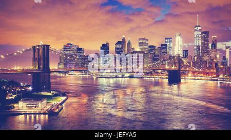 Colore dai toni pictue panoramica di New York City di notte, STATI UNITI D'AMERICA. Foto Stock