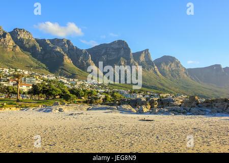 Bianca lunga e spettacolare spiaggia di Camps Bay con Table Mountain National Park dietro di lui a Cape Town, Sud Foto Stock