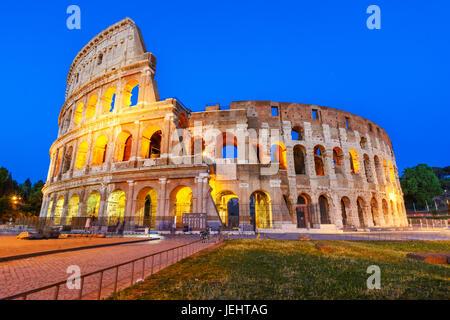 Vista notturna del Colosseo, un anfiteatro di forma ellittica al centro di Roma,Italia.costruito in cemento e pietra,è Foto Stock