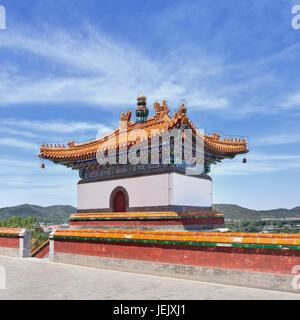 Pechino-Giugno 2, 2015. Ornato Pavilion al Palazzo Estivo, è un vasto complesso di laghi, giardini e maestosi palazzi. Foto Stock