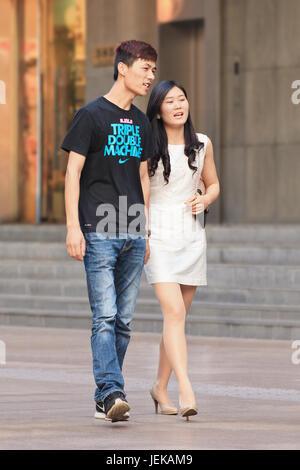Giovane a piedi nella zona di shopping. Della Cina di matrimonio legge del 1980 entrò in vigore nel 1981, permette Foto Stock