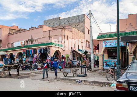 Piccole città in Marocco. Strade di negozi e vita quotidiana. Foto Stock