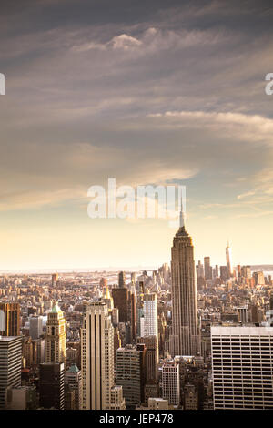 Vista della città di New York skyline visto da Midtown Manhattan cercando downtown. Questa immagine ha tono vintage filtro. Foto Stock