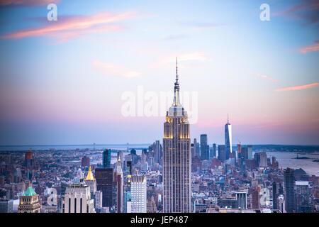 Vista al tramonto del New York City visto da Midtown Manhattan guardando verso il centro, Foto Stock