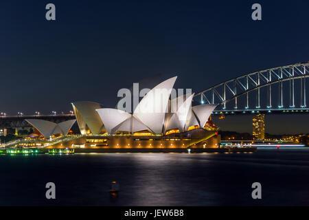 Vista sul teatro dell'opera di Sydney e Harbour Bridge di notte, una lunga esposizione